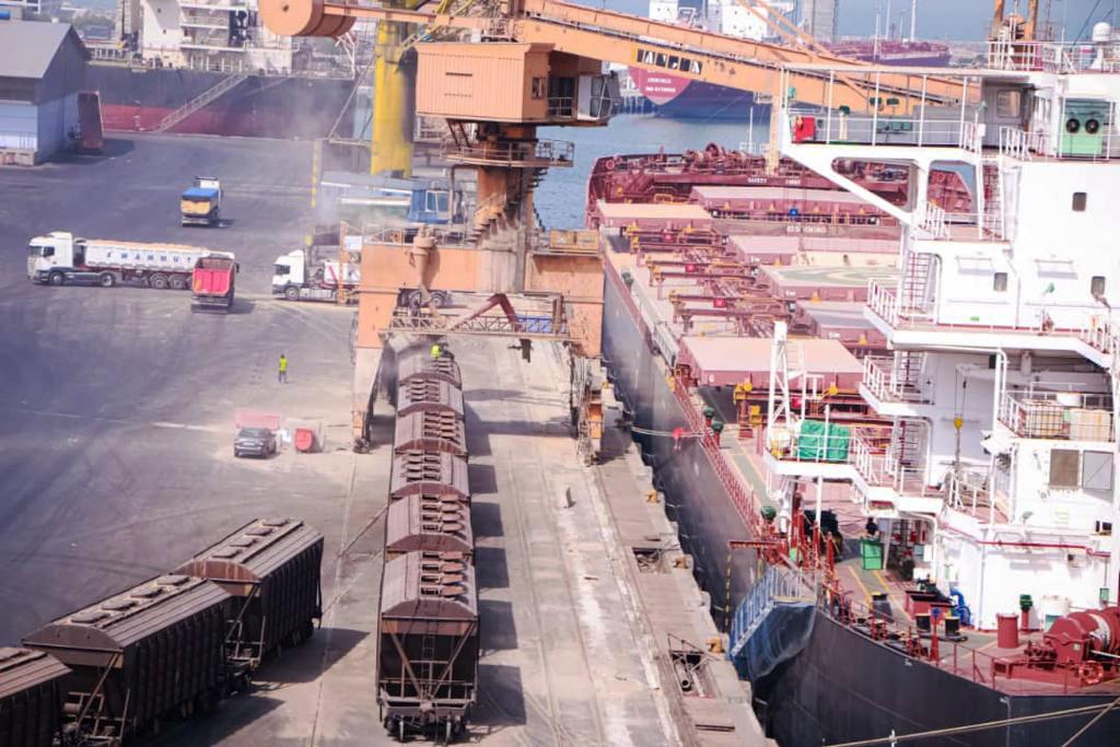 پهلودهی سومین فروند کشتی حامل نهاده های دامی دربندر شهید رجایی